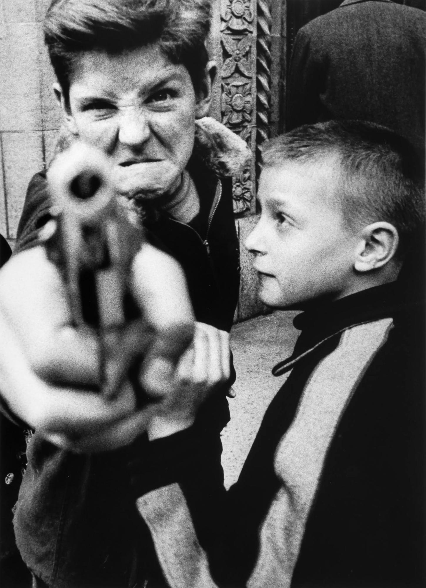 Gun 1, Nueva York, EE. UU., 1954 © William Klein