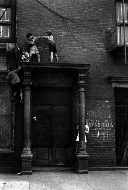 New York City, 1939 © Helen Levitt