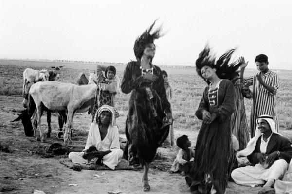 吉普赛人在伊拉克卡特西芬附近的一个营地中跳舞,1956年©Inge Morath摄影与音乐
