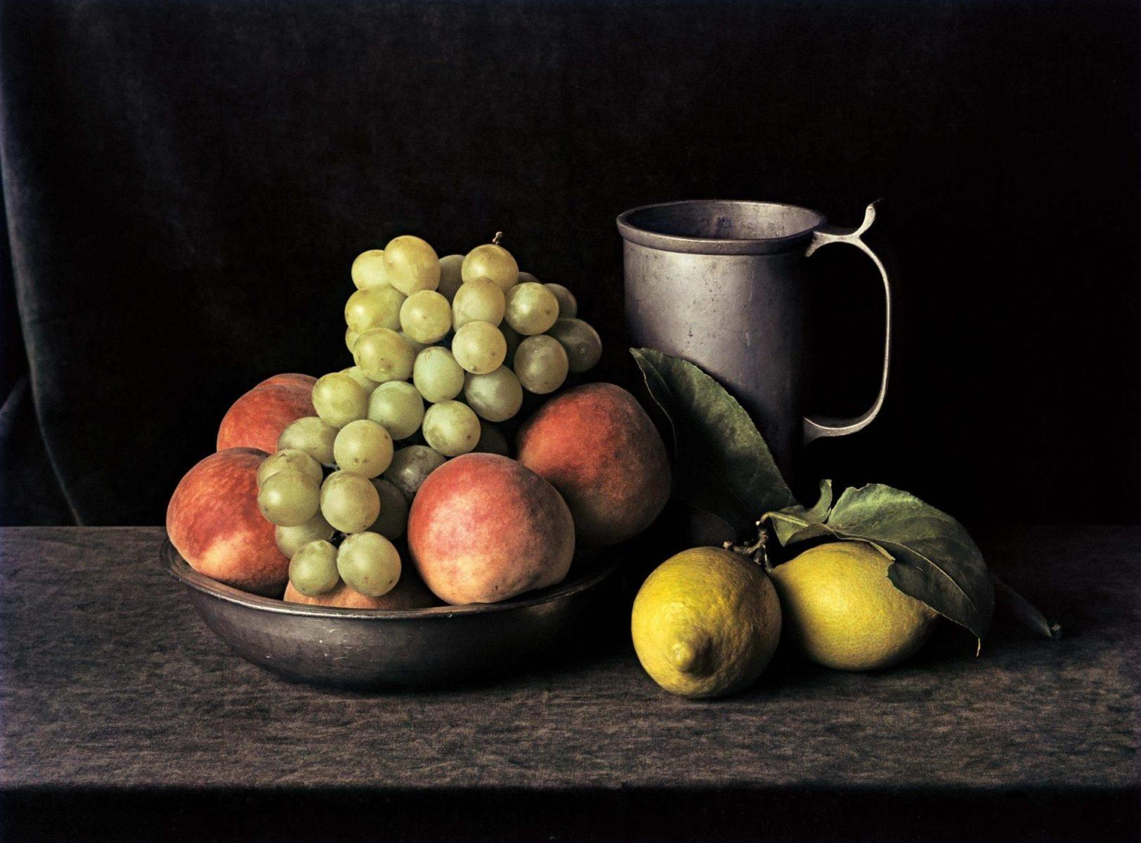 Pichet en étain avec raisins (Still Life No.7), New York, 1997, photographie couleur par Evelyn Hofer