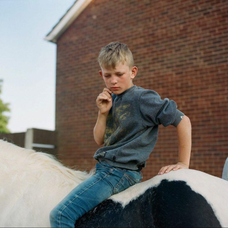 Photographie de film couleur par Laura Pannack garçon à cheval