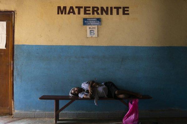 """Titre: """"Madonna del parto"""" - Cameroun Ce portrait fait partie d'un projet à long terme sur les conséquences de la guerre. Dans ce cas, la guerre civile au Cameroun qui a commencé il y a deux ans. Candice se repose sur le banc après avoir parcouru plus de mille kilomètres pour accoucher à l'hôpital d'Édea. Le village est situé près de Bamenda, dans la partie anglophone du pays. En raison de la guerre entre les séparatistes «Amba boy» et l'armée, la zone est assiégée, les routes sont presque toutes bloquées, il y a de nombreux points de contrôle et la nourriture et la drogue sont rares. Pour cette raison, elle a décidé de voyager pendant près de deux jours pour se rendre dans un hôpital sûr."""