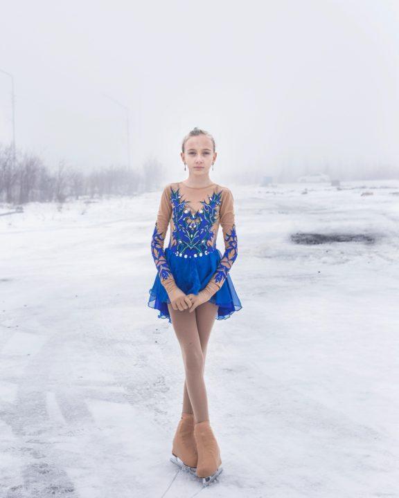 """Título: """"дачный, Lena"""" - Udachny, Rusia Este retrato es parte de un documental sobre una ciudad minera de diamantes en Yakutia, Rusia. """"Udachny"""" es el nombre de la ciudad, que se traduce como afortunado porque allí se encontraron los primeros diamantes rusos. la serie es un retrato de """"Udachny"""" y un homenaje a sus orgullosos habitantes que parten bajo duras condiciones climáticas en el extremo norte de Rusia."""