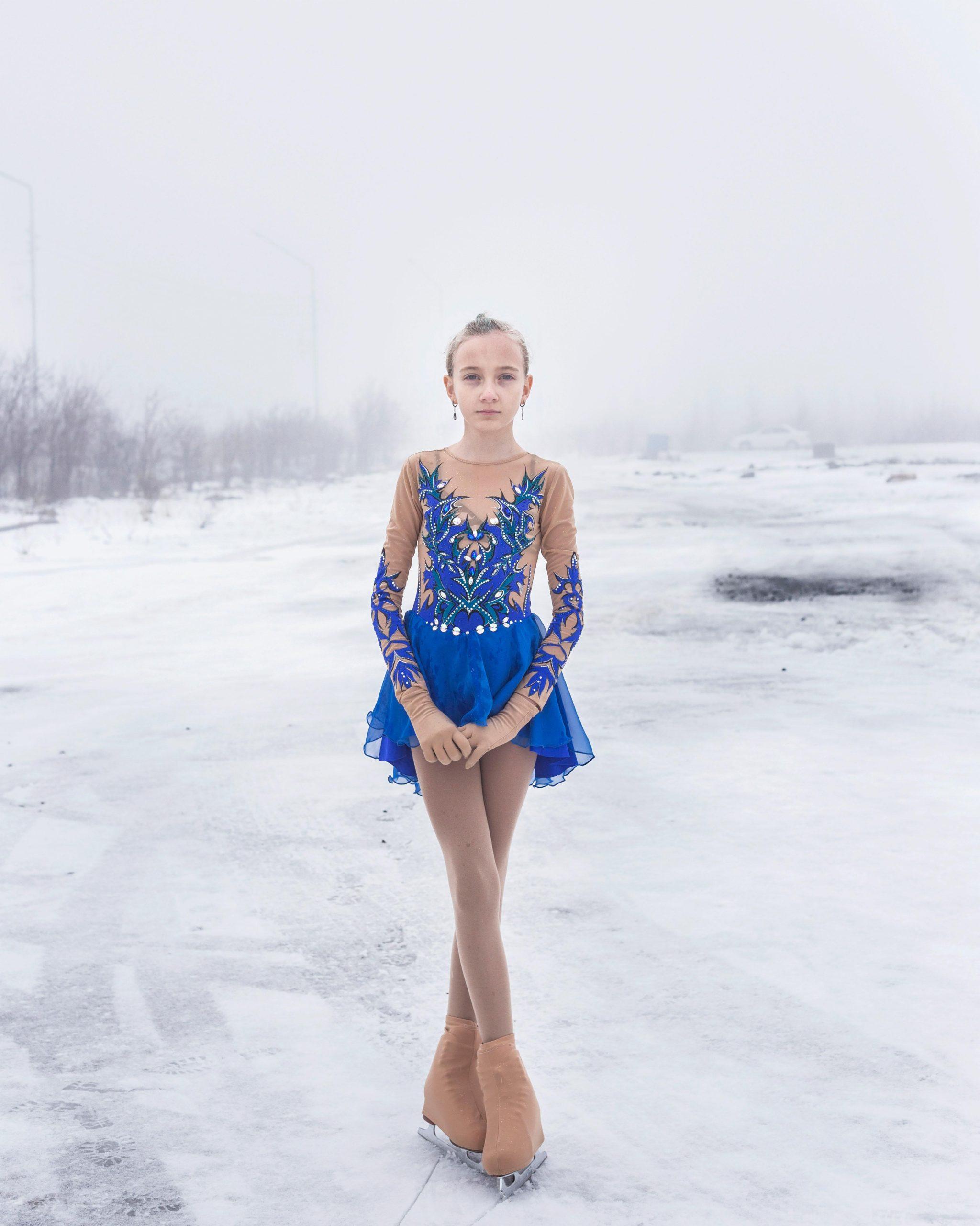 """Titre: """"дачный, Lena"""" - Udachny, Russie Ce portrait fait partie d'un documentaire sur une ville minière de diamants en Yakoutie, en Russie. «Udachny» est le nom de la ville, qui se traduit par chanceux car les premiers diamants russes y ont été trouvés. la série est un portrait de «Udachny» et un hommage à ses fiers habitants partant dans des conditions climatiques difficiles dans l'extrême nord de la Russie."""