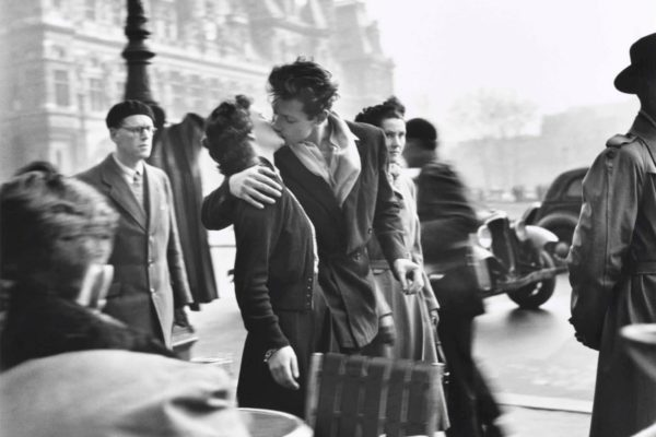 Kiss by the Hôtel de Ville, Paris 1950 © Estate of Robert Doisneau