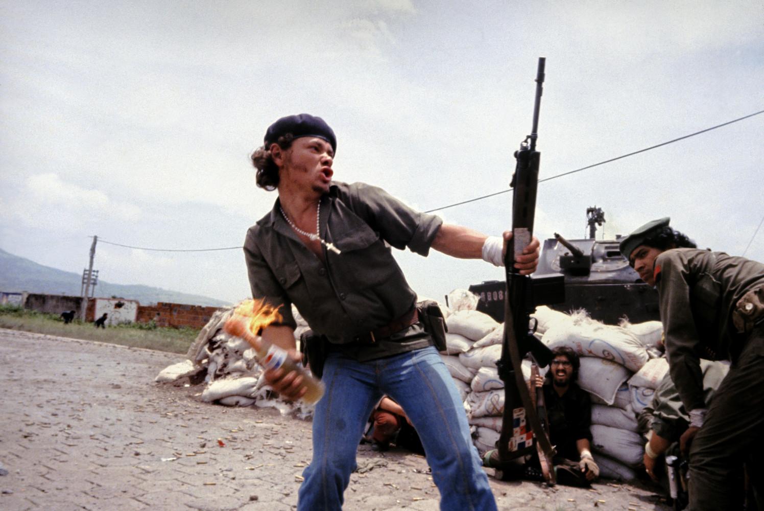 'Molotov Man' -Sandinistas an den Wänden des Hauptquartiers der Esteli National Guard. Juli 1979, Nicaragua © Susan Meiselas