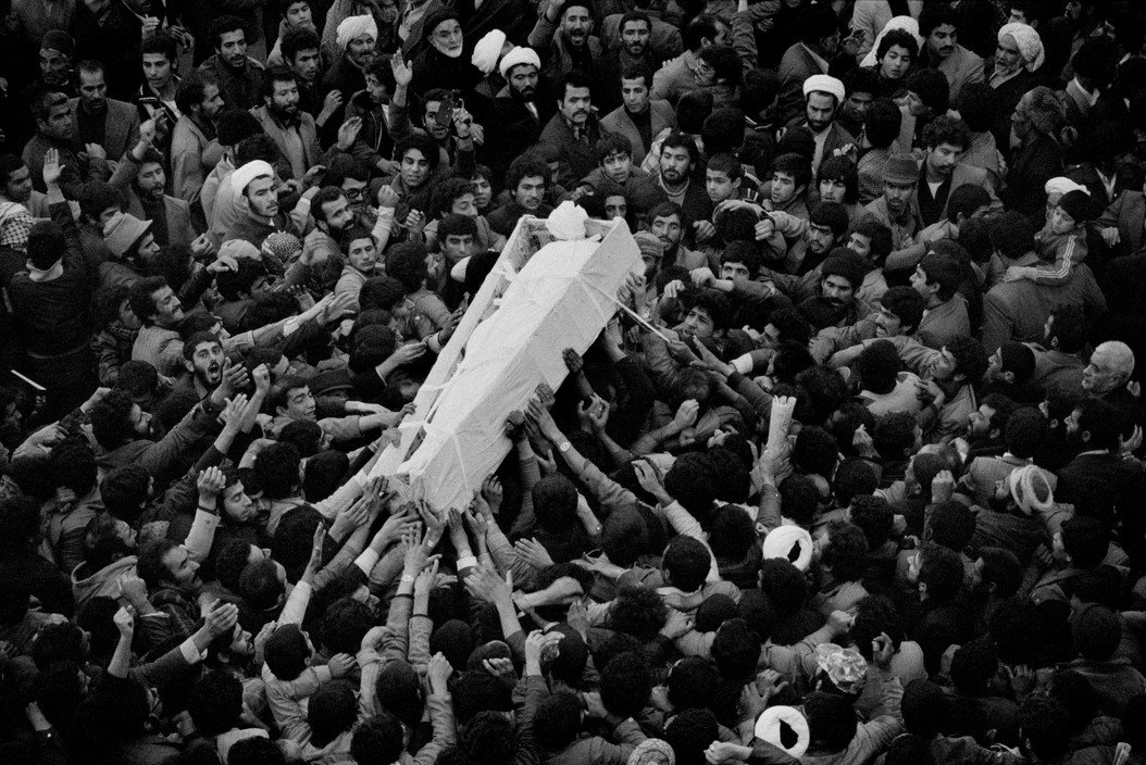 El cuerpo del ayatolá Moffateh, envuelto en blanco, es llevado al cementerio por una gran multitud de dolientes, Irán, diciembre de 1979 © Abbas