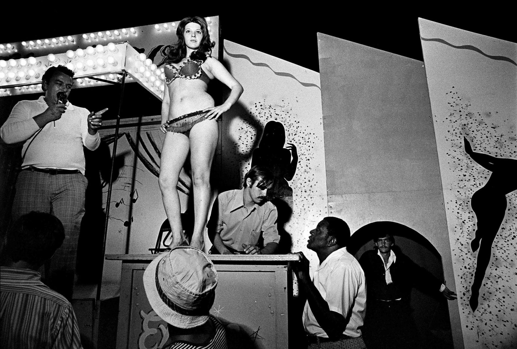 Lena on the Bally Box, Essex Junction, Vermont, USA, 1973 Fotografia in bianco e nero di Susan Meiselas