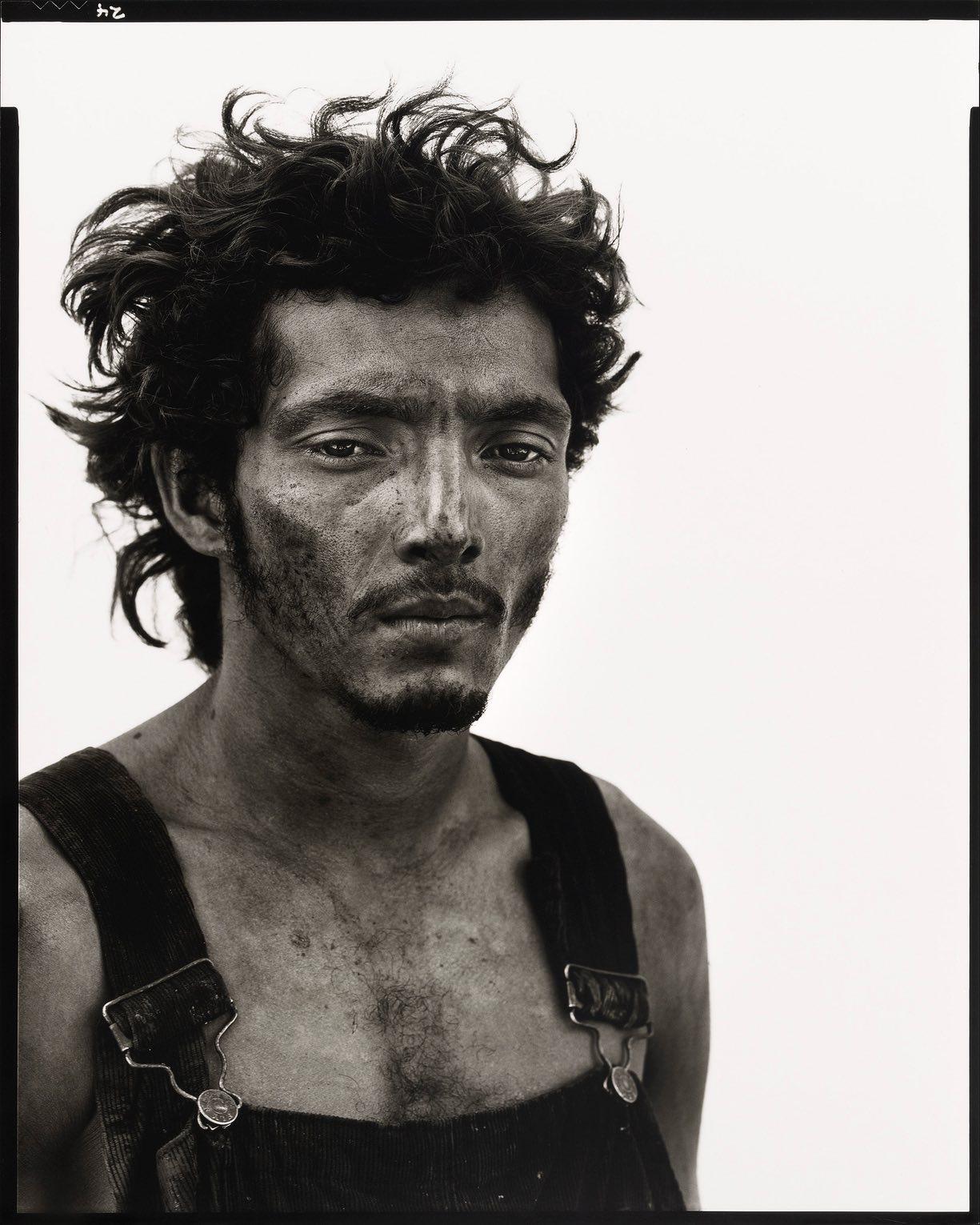Roberto Lopez, Oil Field Worker, Lyons, Texas, 28 settembre 1980 - Ritratti di Richard Avedon nel West americano