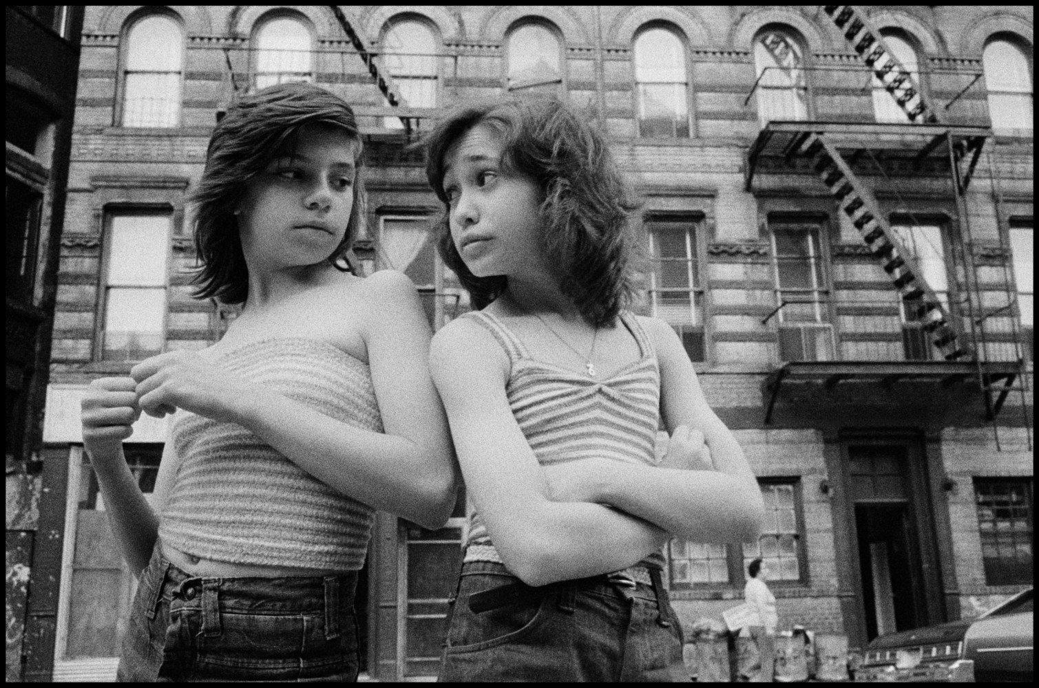 迪和丽莎在莫特街。 小意大利。 美国纽约市。 1976 Susan Meiselas的黑白摄影