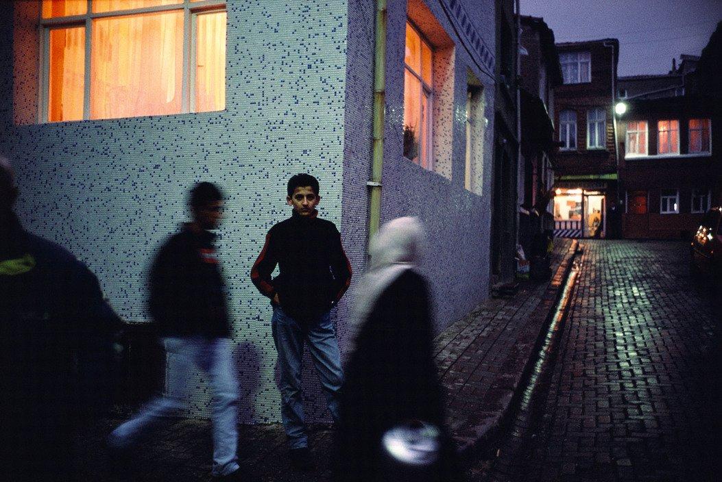Escena callejera en Ayvansaray, Estambul, Turquía 2001 © Alex Webb / Magnum Photos