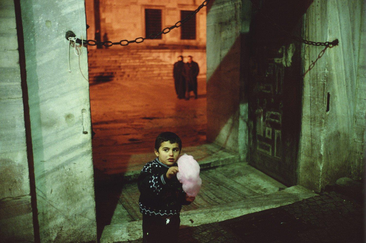 Fuera de la Mezquita Azul durante el Ramadán. Istanbul, Turquía. 2001 © Alex Webb / Magnum Photos