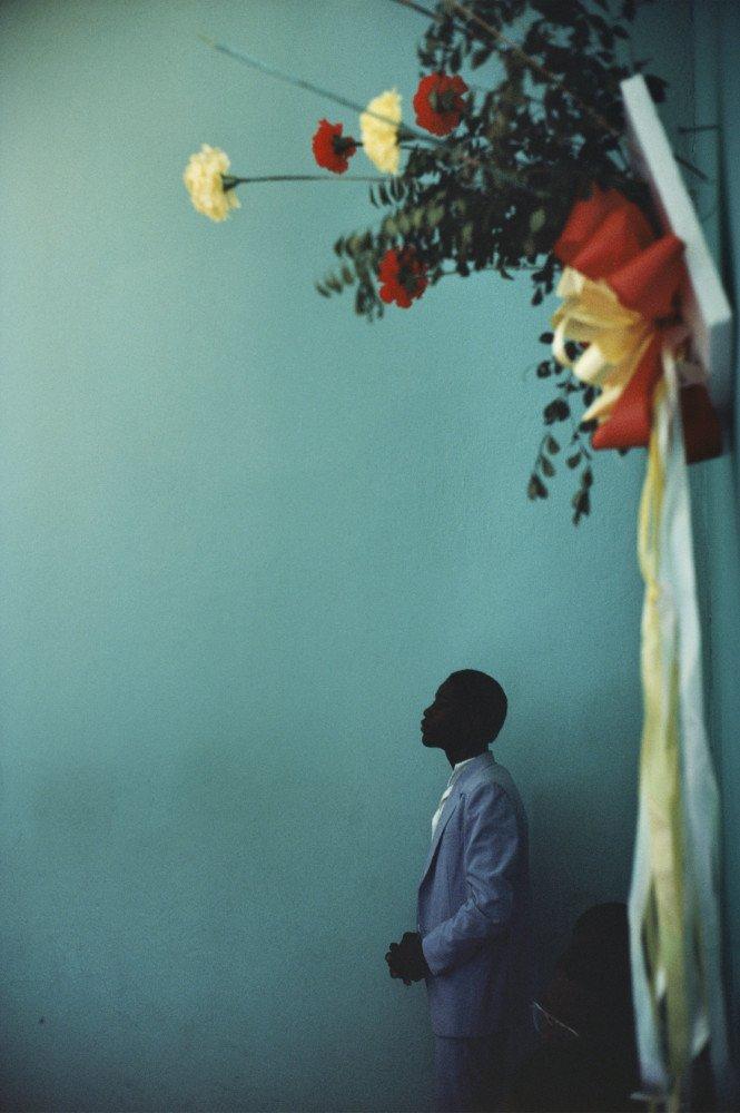 Dentro de la iglesia, Arcahaie, Haití. 1987 © Alex Webb / Magnum Photos