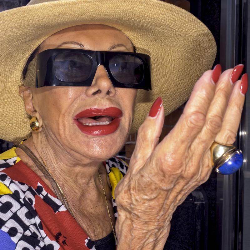Ritratto a colori di una donna anziana con gli occhiali