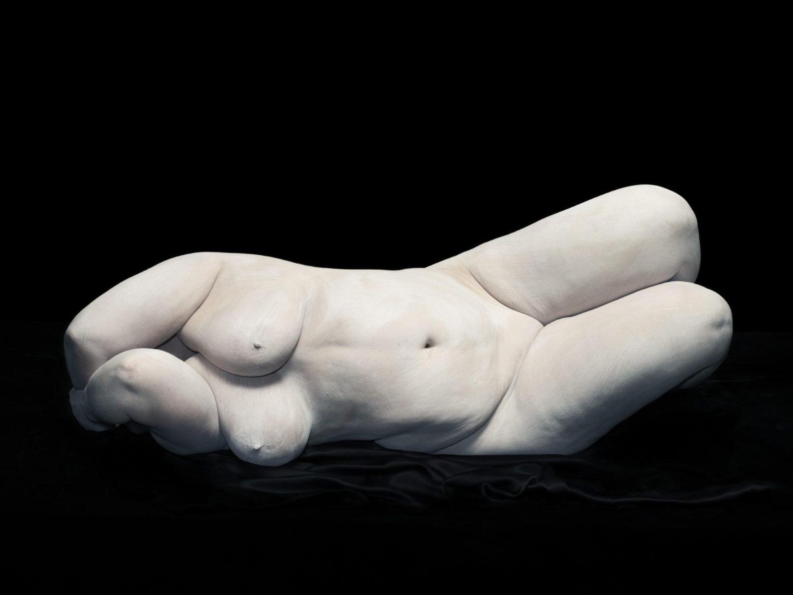 Elizabeth con i gomiti che nascondono il viso, 2012. Dalla fotografia di Bodies di Nadav Kander