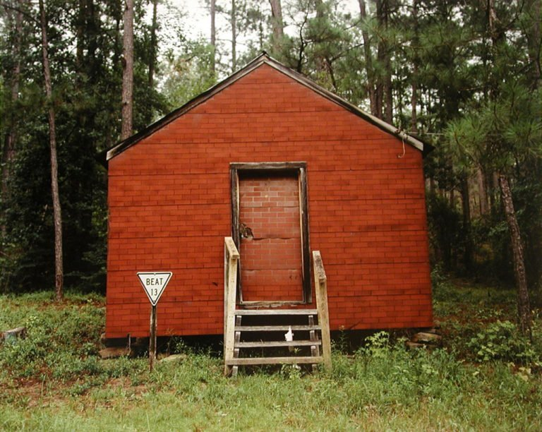 Fotografie a colori, Red Building in Forest, Hale County, Alabama, 1974 © William Christenberry