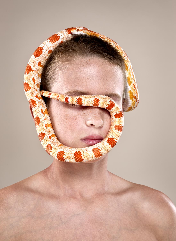 画室肖像,一个男孩与他的宠物蛇