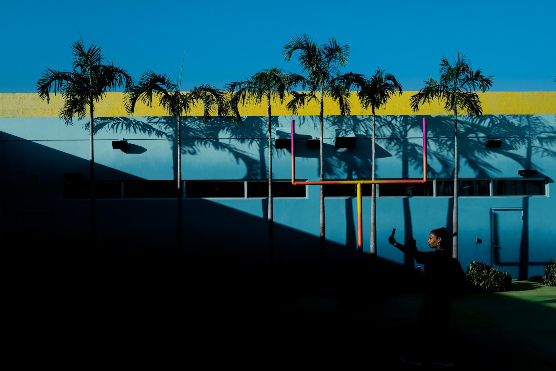在佛罗里达州迈阿密采取自拍照的女人的照片