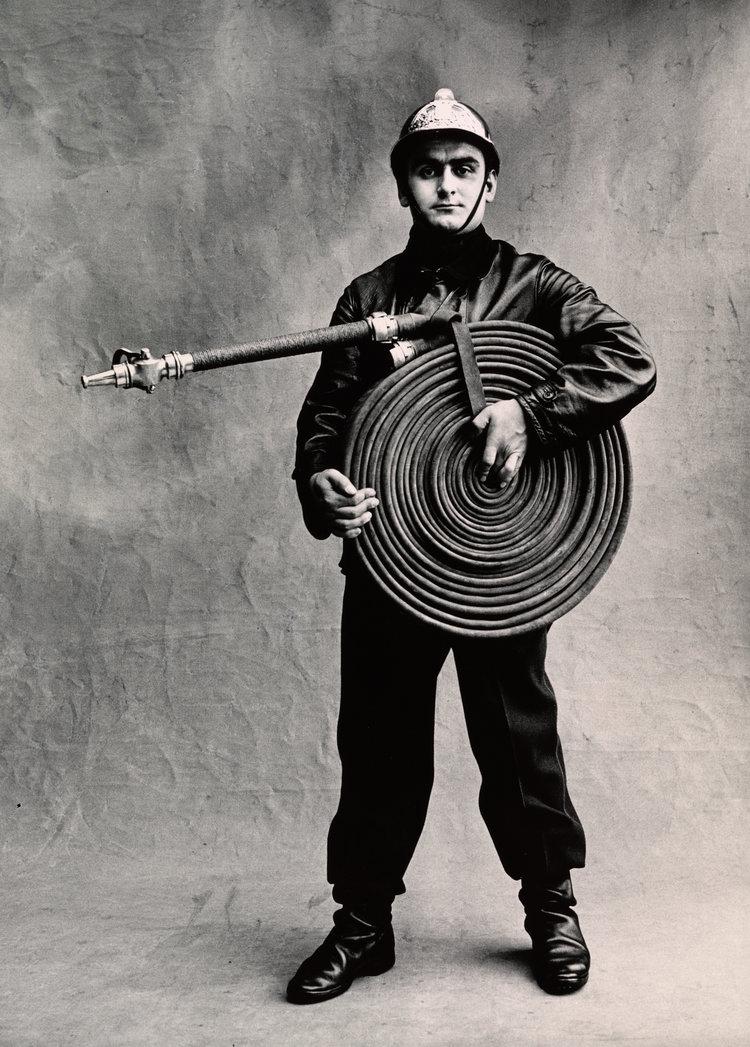 retrato en blanco y negro de un bombero francés, 1950 © Irving Penn / Condé Nast