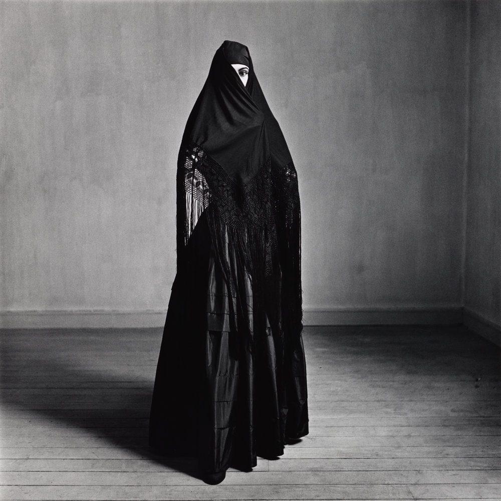 retrato en blanco y negro de una mujer con un vestido negro en Lima, 1948 © Condé Nast