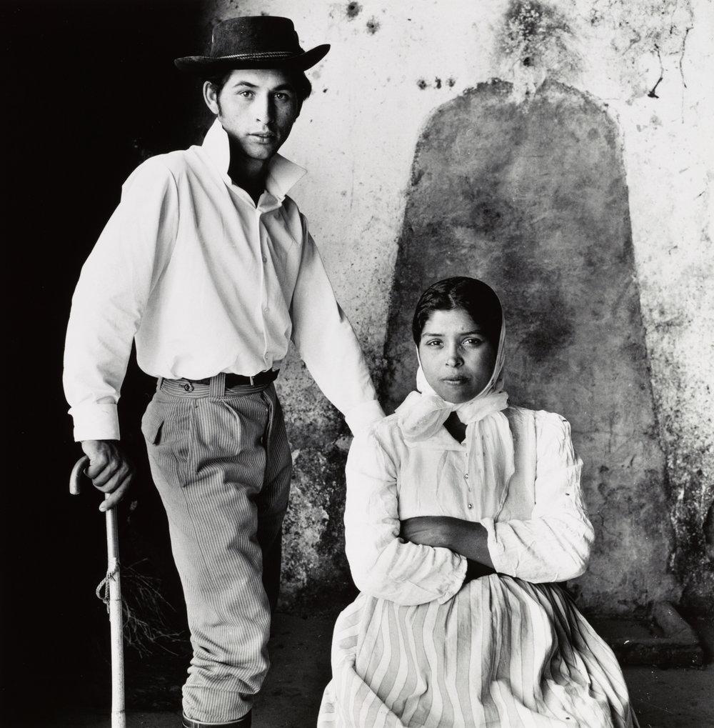 retrato en blanco y negro de una joven pareja de gitanos, Extremadura, España, 1965 © The Irving Penn Foundation