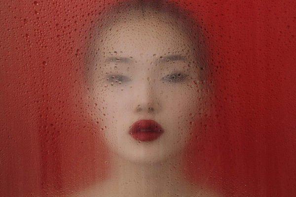 ritratto astratto di una donna con le labbra rosse