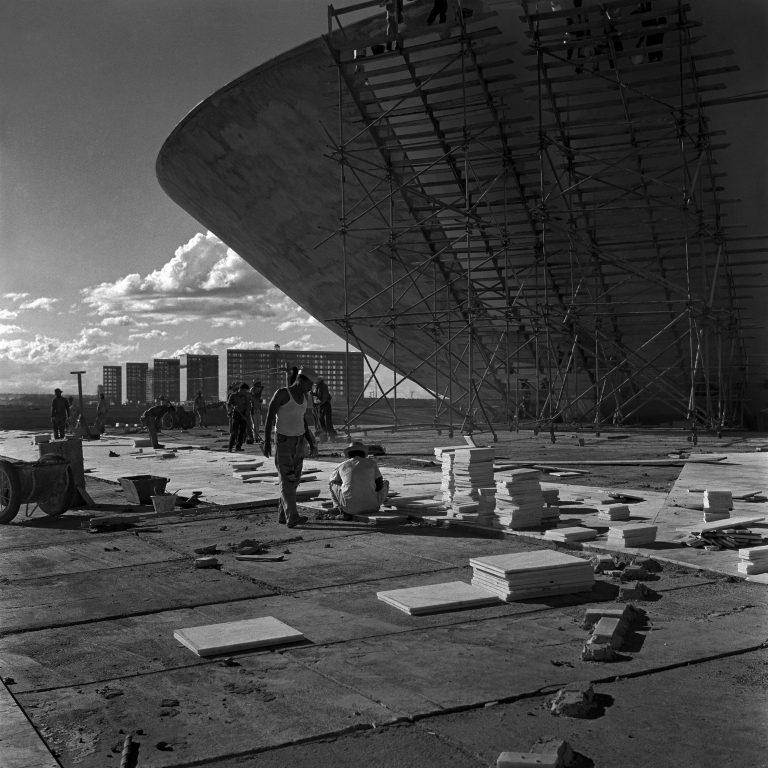 Schwarzweißfoto von Bauarbeitern durch Marcel Gautherot