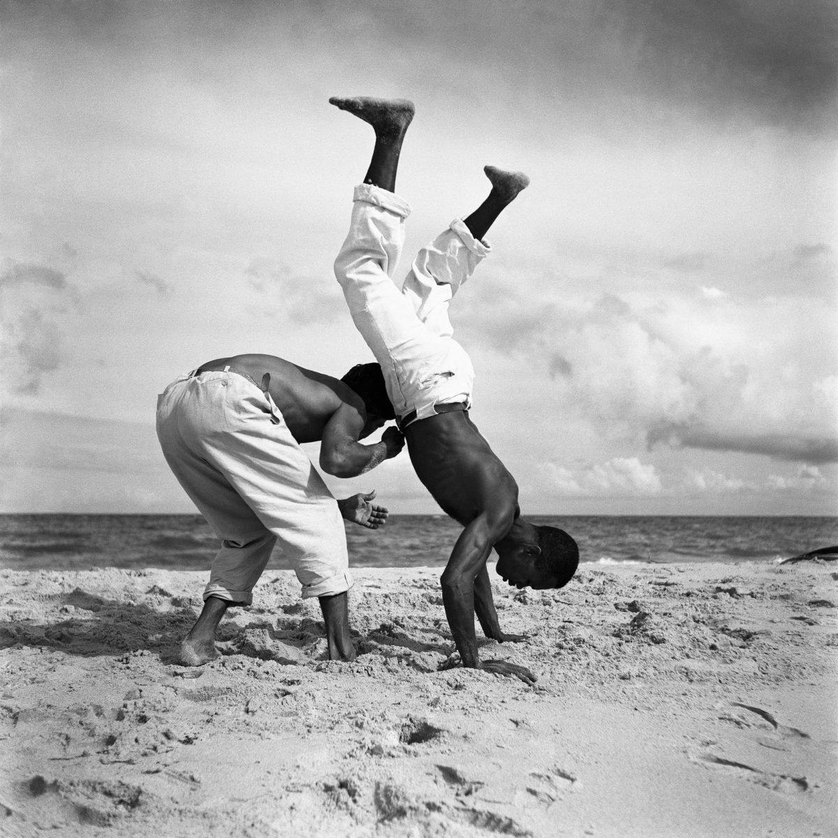 Portrait noir et blanc d'hommes brésiliens jouant à la capoeira par Marcel Gautherot