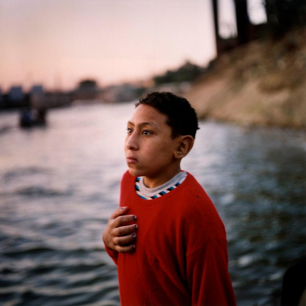 Un jeune garçon regardant la mer. Egypte, Le Caire, 2004 photographie de Denis Dailleux