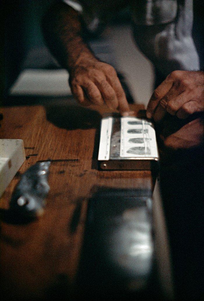 Fingerprinting Addicts for Forging Prescriptions, Chicago, Illinois, 1957 © Avec l'aimable autorisation de la Gordon Parks Foundation