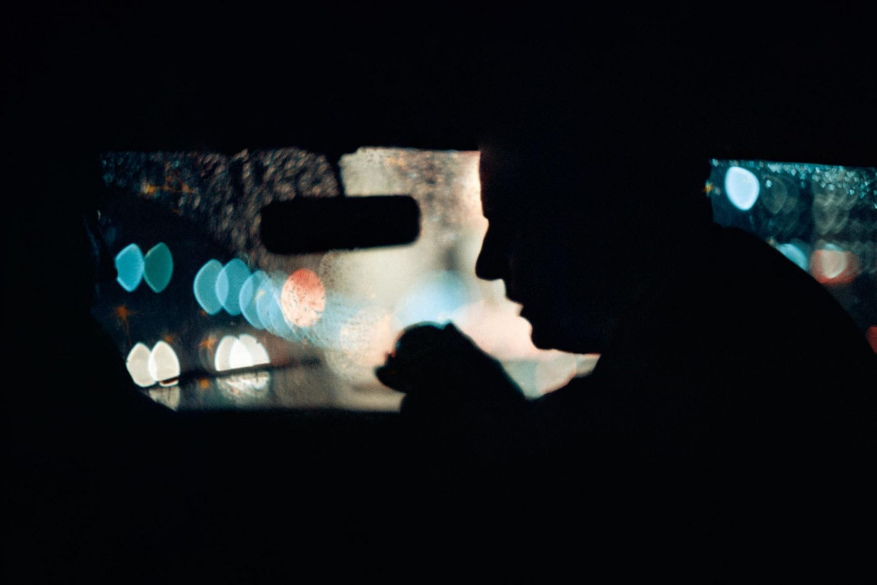 L'ombre d'un homme dans une voiture à New York, USA. Image de Gordon Parks