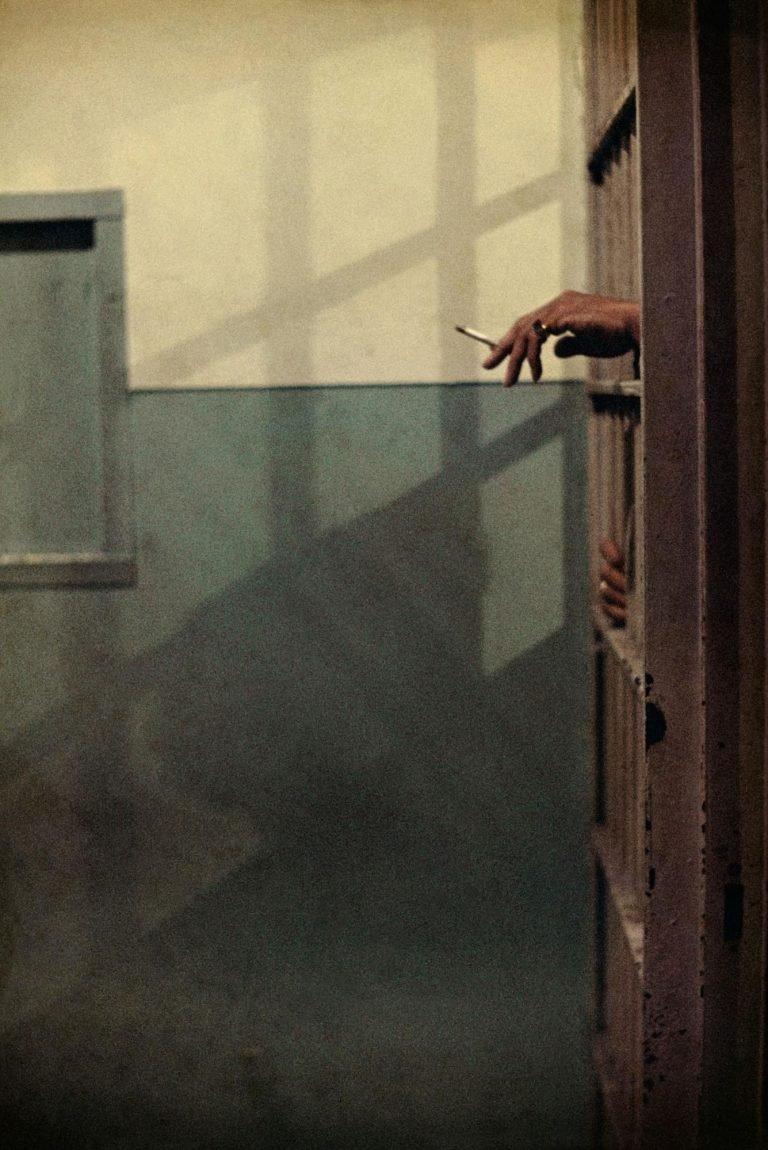Une photo de la main d'un homme et d'une cigarette dans la prison de l'Illinois © Avec l'aimable autorisation de la Gordon Parks Foundation