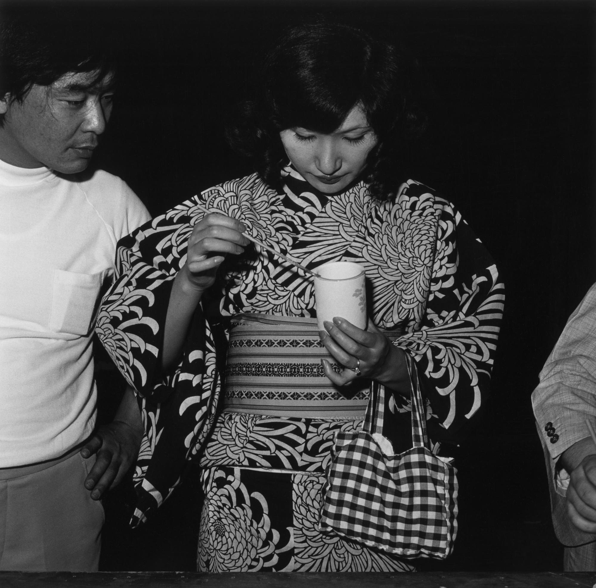 ritratto in bianco e nero di una donna e un uomo di Issei Suda