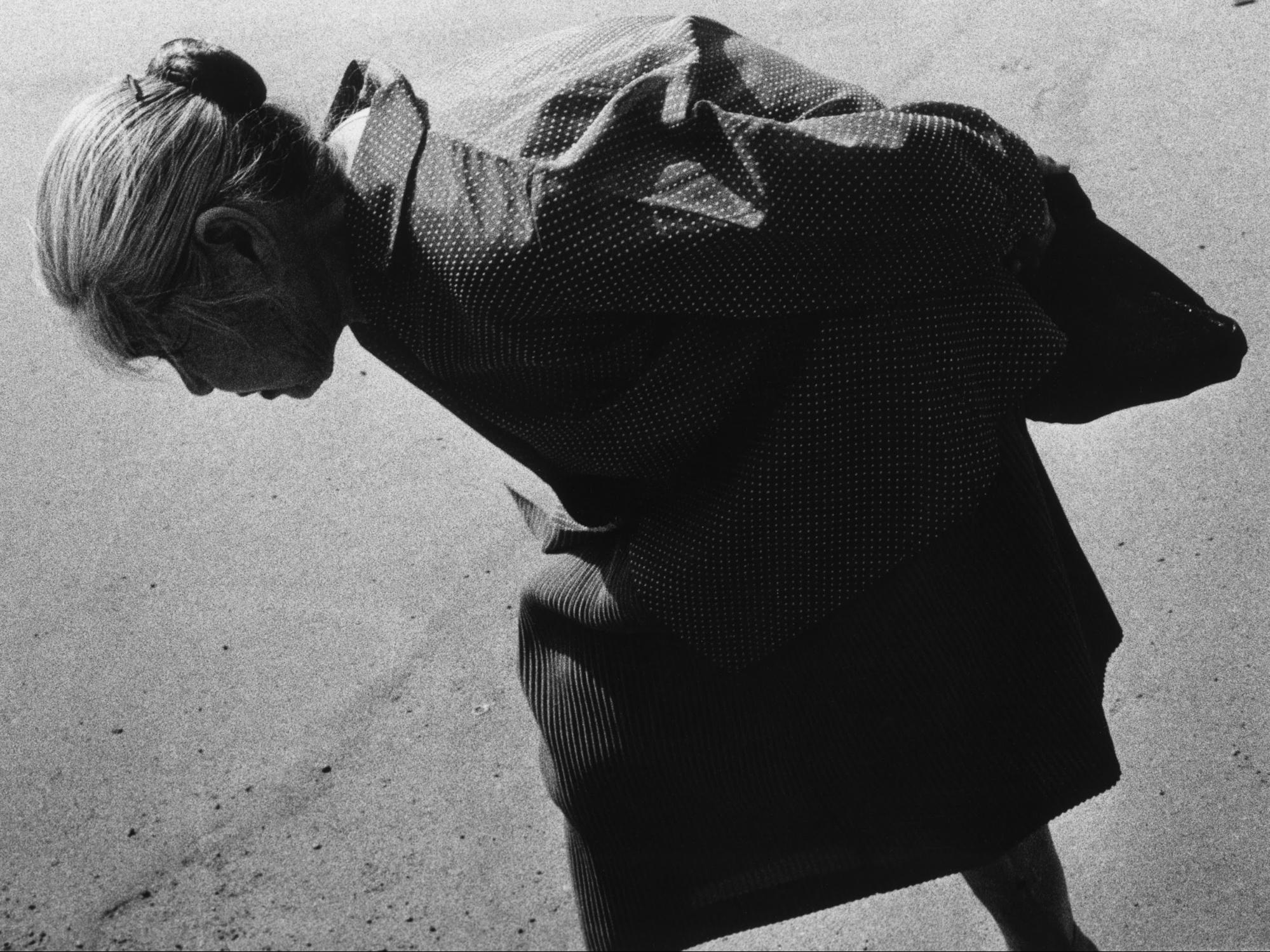 ritratto in bianco e nero di una donna anziana che cammina a Tokyo, Giappone. Fotografia di Issei Suda