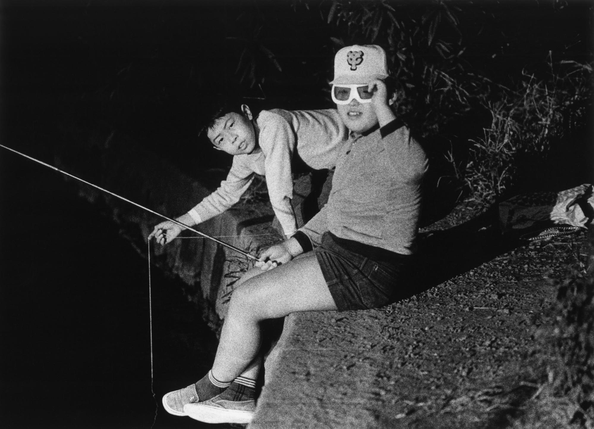 Ritratto in bianco e nero di due ragazzi in Giappone di Issei Suda