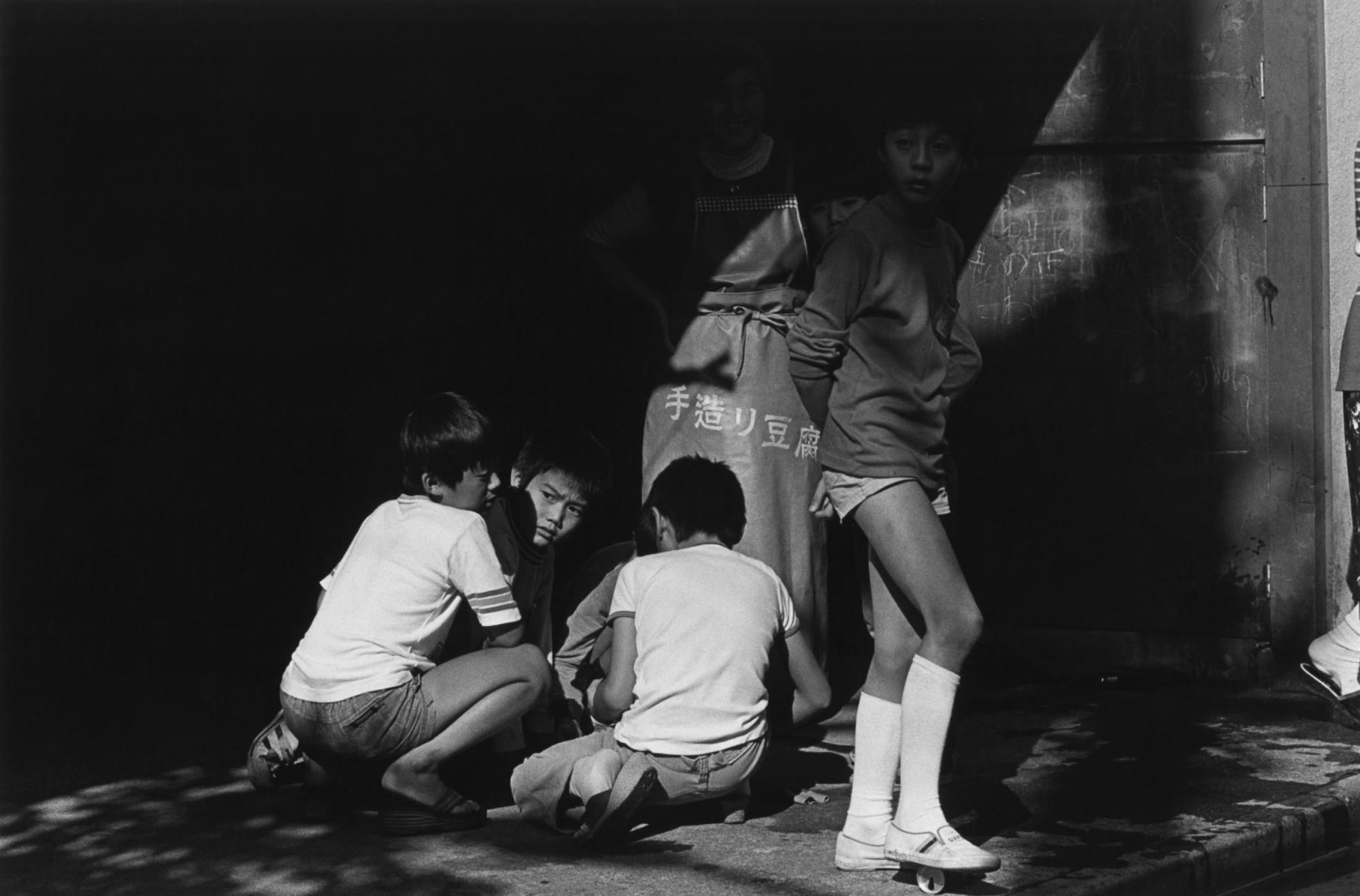 Ritratto in bianco e nero di tre ragazzi a Tokyo, in Giappone, di Issei Suda