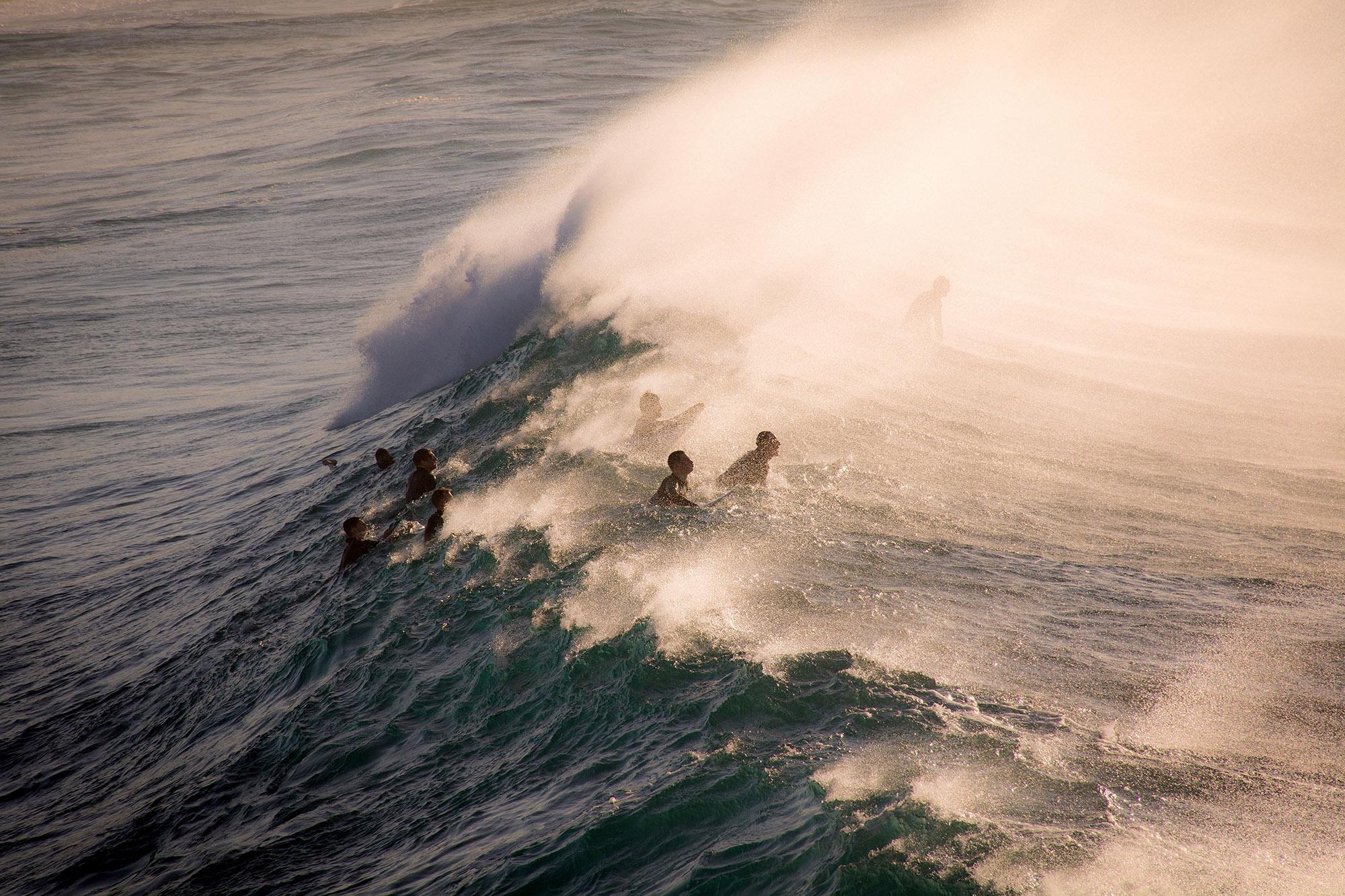Photographie de voyage par Alexander Smiley de surfeurs équitation vagues à Bronte Beach, Australie