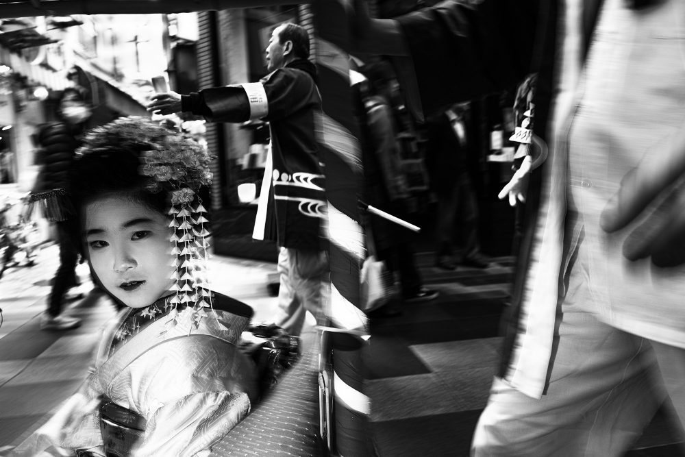 Black and white travel photograph of Daniele Esposito. A woman in the streets of Kyoto, Japan