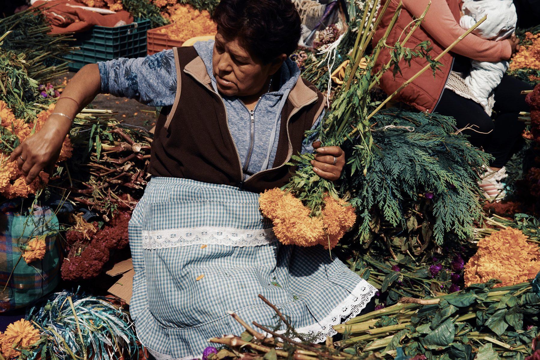 Couleur street photography par Pia Riverola, marché aux fleurs, femme Mexico