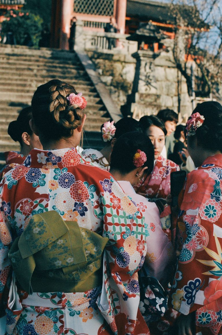 Couleur street photography par Pia Riverola, femmes en robes traditionnelles Kyoto, Japon