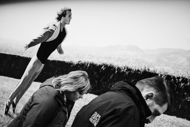 Black and white street photography by Richard Kalvar, three people leaning forward, London UK.