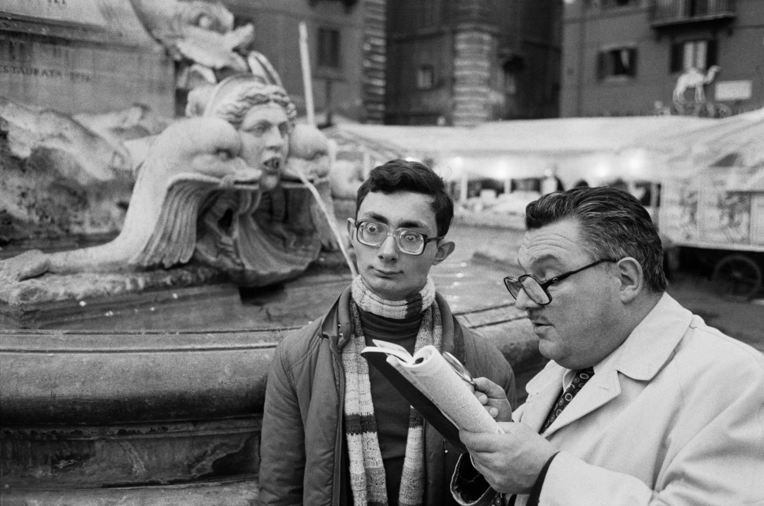 Black and white street photography by Richard Kalvar, two men in Piazza della Rotonda, Rome, Italy