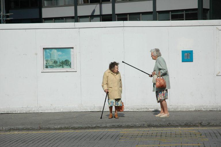 Photographie de rue couleur de femmes âgées faisant valoir par Paul Russell
