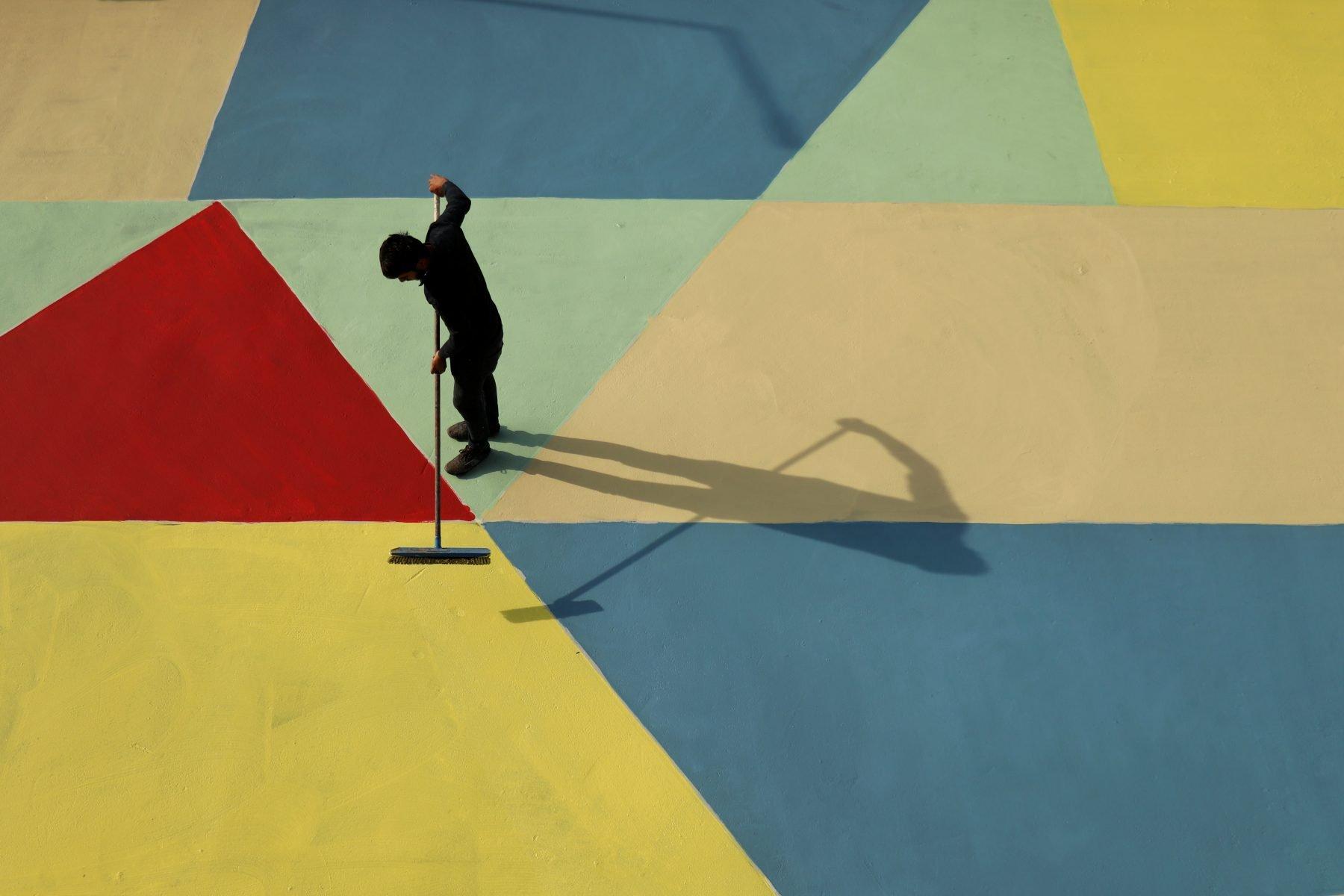 Photographe de l'homme rue peinture dans des couleurs vives à Istanbul, Turquie par Ali Önal