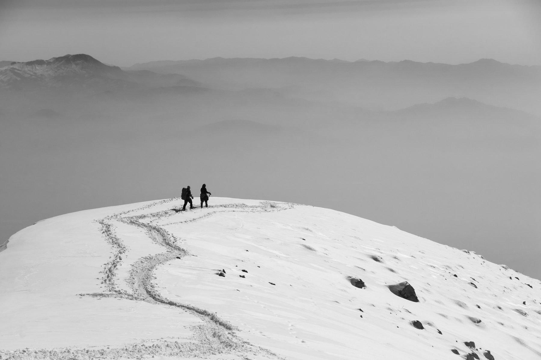 Photo en noir et blanc par Payam Hamzei de deux femmes escalade la montagne Darabad, au nord de Téhéran, Iran