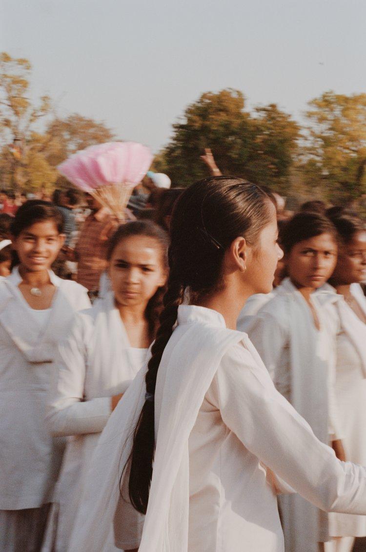 Color street photography por Pia Riverola, mujer y niños, India