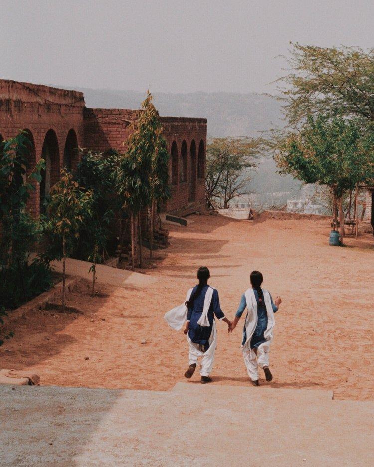 Couleur street photography par Pia Riverola, femme et enfants, Inde