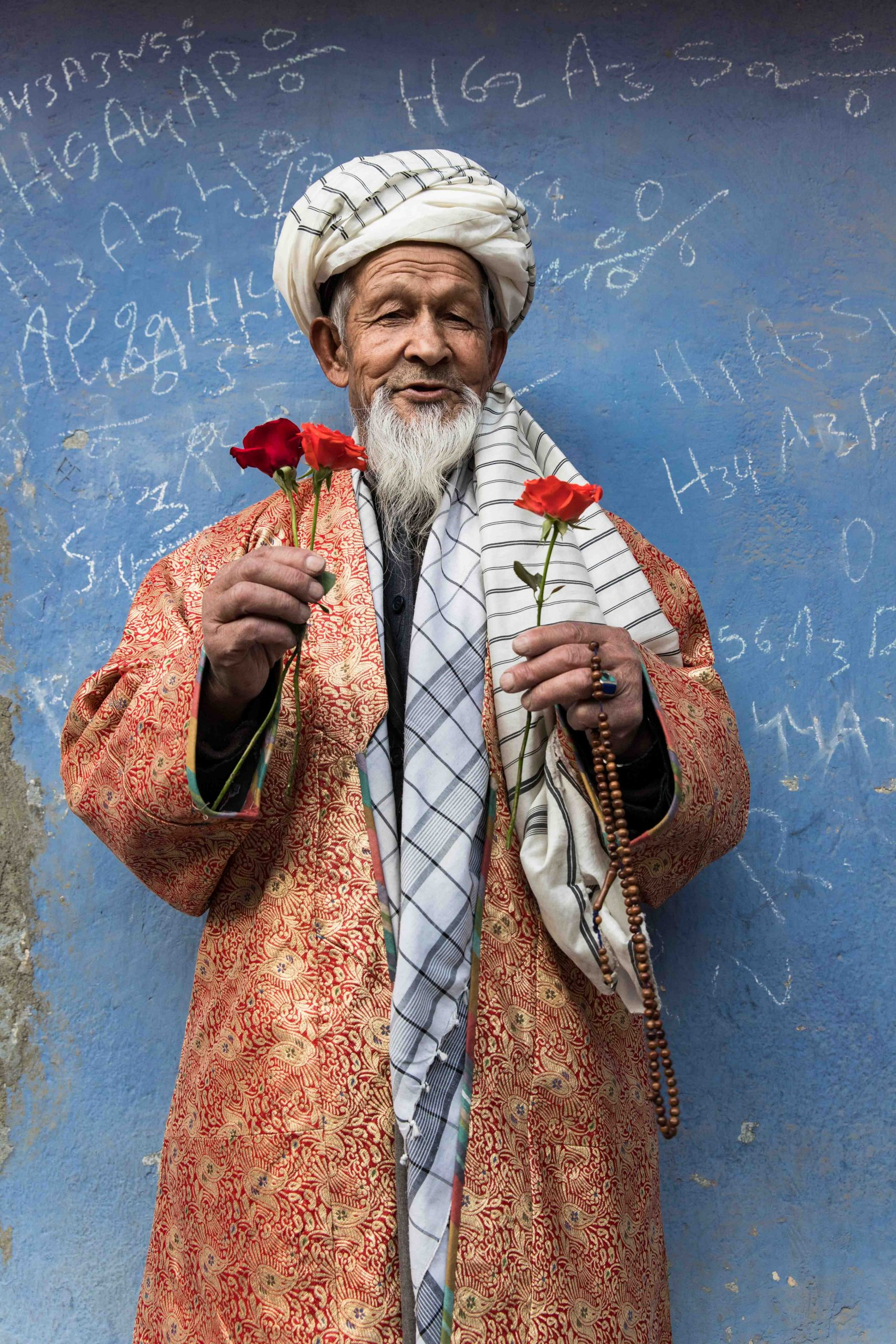 color photo portrait by Oriane Zérah afghan man with flowers