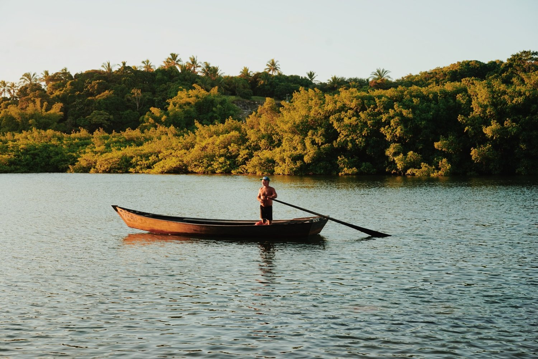 Portrait couleur d'un pêcheur sur son bateau à Caraiva, Brésil