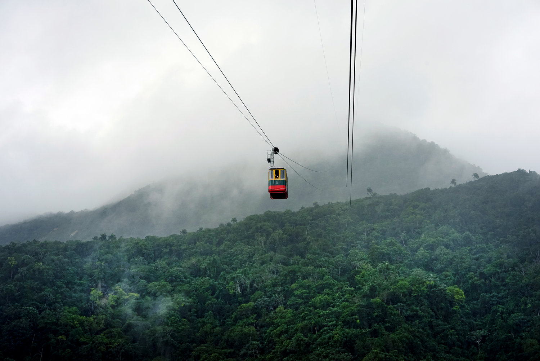 Fotografía en color del paisaje y coche de alambre en República Dominicana
